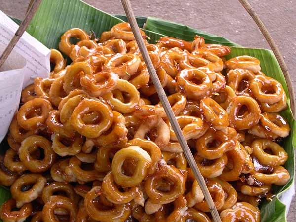 Bánh donut ở Thái có kích cỡ nhỏ hơn ở các quốc gia khác, cũng được chế biến nóng ngay tại quầy. Bạn có thể mua vài chiếc, vừa đi dạo vừa ăn lót dạ cũng rất tuyệt.