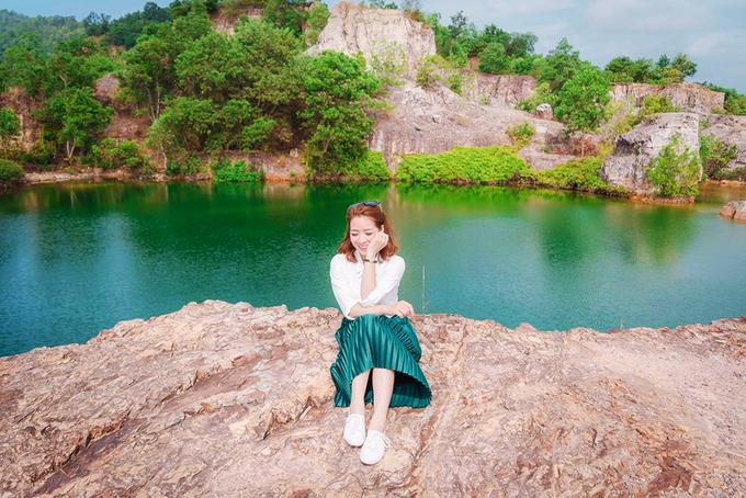 """An Giang Hồ nước nằm trên đỉnh núi Tà Pạ (huyện Tri Tôn, An Giang) nhờ màu xanh ngọc in bóng các mỏm đá như cảnh trong phim cổ trang, nên được nhiều bạn trẻ ví là """"tuyệt tình cốc"""" phiên bản miền Tây. Hồ nước là dấu vết của mỏ khai thác đá. Ảnh: Lily Le."""