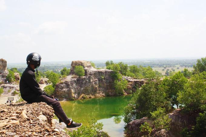 Màu nước ở hồ thay đổi theo độ sâu nên có chỗ màu xanh thẫm, có nơi màu nhạt hơn. Du khách có thể đến tham quan trong ngày hoặc cắm trại qua đêm. Để đến hồ, từ chợ Tri Tôn bạn hỏi đường đến chùa Tà Pạ, người dân hay gọi là chùa Núi hay chùa Chưn Num (theo tiếng Khmer). Từ cổng chùa đi khoảng 400 m sẽ tới đỉnh đồi, nơi có hồ nước. Ảnh: Trần Phát Đạt.