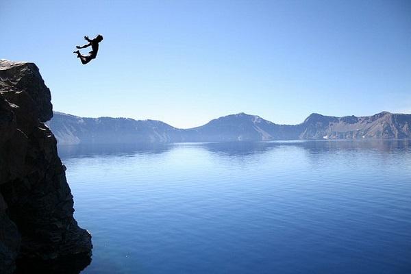 Nhảy xuống biển từ vách đá dựng đứng - Ảnh: guiade Malta.com