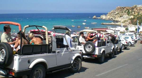 Khám phá bằng xe jeep - Ảnh: Mein-malta-urlaub