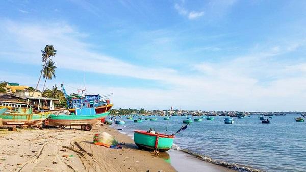Làng chài  Bạn đừng quên ghé thăm các làng chài ven biển. Đây là nơi sẽ mang lại cho bạn cảm giác nhẹ nhàng khi ngắm nhìn những tàu thuyền nho nhỏ phía xa, nổi bật trên nền trời và biển xanh trong. Đặc biệt, nếu yêu thích nhiếp ảnh thì đây cũng là địa chỉ mang lại cho bạn những tấm ảnh đẹp mắt.
