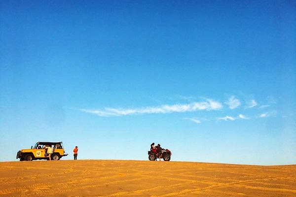 Đồi cát bay  Nếu bạn thích khung cảnh hoàng hôn vào mỗi buổi chiều thì đồi cát ở Mũi Né là điểm dừng chân lý tưởng nhất. Nơi đây cũng thu hút du khách bởi các trò chơi trên cát như trượt cát, lái môtô,… Để tránh cái nóng oi bức trên bãi cát, thời điểm thích hợp để ghé thăm nơi này là sớm sớm hoặc xế chiều.