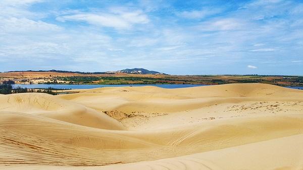 """Bàu trắng  Từng là bối cảnh cho nhiều bộ phim Việt, Bàu trắng là một hồ nước, còn được du khách gọi là """"Tiểu Sahara"""" bởi xung quanh những triền cát chạy dài đến phía chân trời. Đến đây, những ai yêu thích cảm giác mạnh có thể thuê xe địa hình giá khoảng 400.000 - 600.000 đồng/chiếc cho 2 người/20 phút. Ngoài ra, bạn có thể thả bộ quanh những triền cát, chụp ảnh hay tổ chức các trò chơi nếu đi theo nhóm bạn."""