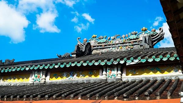 Nóc và các bức phù điêu trên mái chùa được cẩn miếng gốm màu, tạo dáng hình long, lân, quy, phụng, ánh lên những sắc màu rực rỡ khi tiếp xúc ánh nắng.