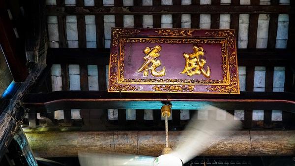 Các bộ kinh Kim Cang, Phổ Môn, Địa Tạng… bằng chữ Hán khắc gỗ năm 1919 vẫn được lưu giữ. Những di ảnh, linh vị đều nằm trong chiếc khánh bằng gỗ sơn son, thếp vàng chạm trổ hoa văn sắc sảo.