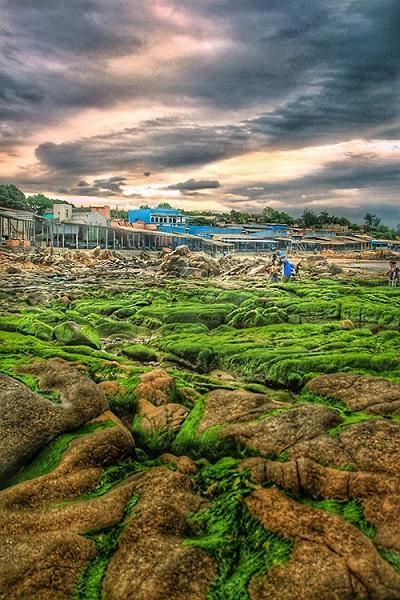 Cách trung tâm TP HCM khoảng 300 km, biển Cổ Thạch thuộc địa phận xã Bình Thạnh, huyện Tuy Phong, tỉnh Bình Thuận. Du khách có nhiều lựa chọn cho phương tiện như xe máy, bus giường nằm hoặc mua tour từ các công ty lữ hành.