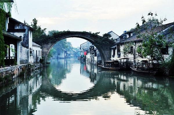 Nam Tầm nằm cách Thượng Hải phồn hoa độ khoảng 70 dặm về hướng Tây song cũng lắm xô bồ.