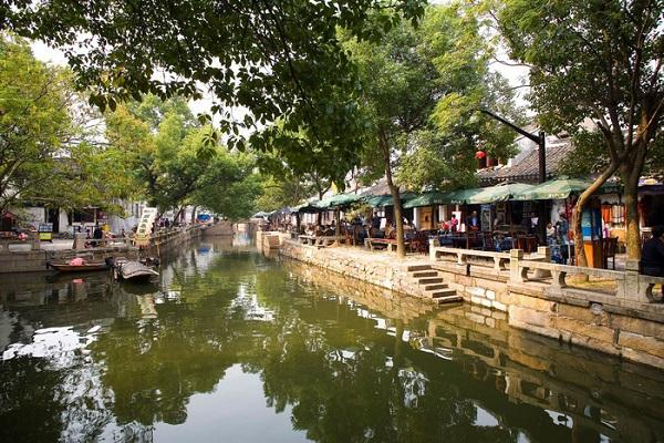 Cách thành phố Tô Châu độ 30 phút đi bằng xe hơi, quý khách sẽ đặt chân đến một trong những thủy trấn nổi tiếng nhất Trung Quốc: Đồng Lý.