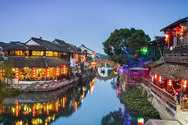 """Tây Đường nằm hoàn toàn tách biệt so với các thủy trấn xinh đẹp khác ngay tại một nơi gọi là """"langpeng"""" (Lang Phường), với những tuyến phố dài trên mặt nước cho phép dân cư địa phương và du khách thoải mái đi lại dọc theo các dòng kênh xanh ngay cả vào mùa mưa."""