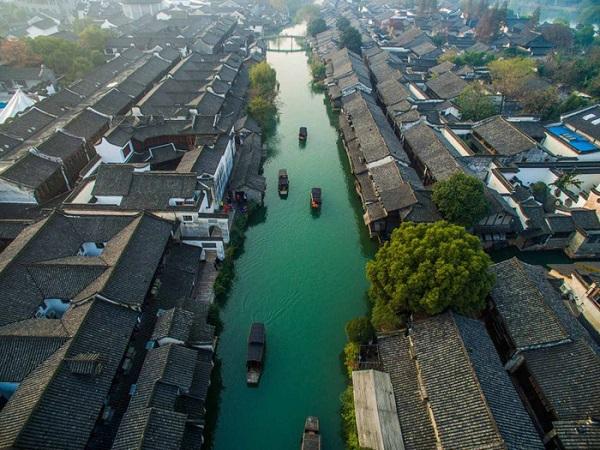 Ô Trấn nằm cách Thượng Hải khoảng 90 dặm, nằm dọc theo Đại Vận Hà, con kênh đào dài nhất thế giới với 1.800km, từng là một tuyến giao thương thủy huyết mạch liên kết giữa Hàng Châu và Bắc Kinh và ngược lại.
