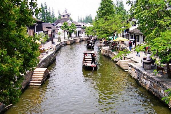 Chu Gia Giác là một trong những thủy trấn được bảo tồn tốt nhất tại Thanh Phố ở Thượng Hải. Trấn này được tạo lập từ cách đây 1.700 năm, và ở vào thời hoàng kim, nơi này là vựa gạo của Thượng Hải.