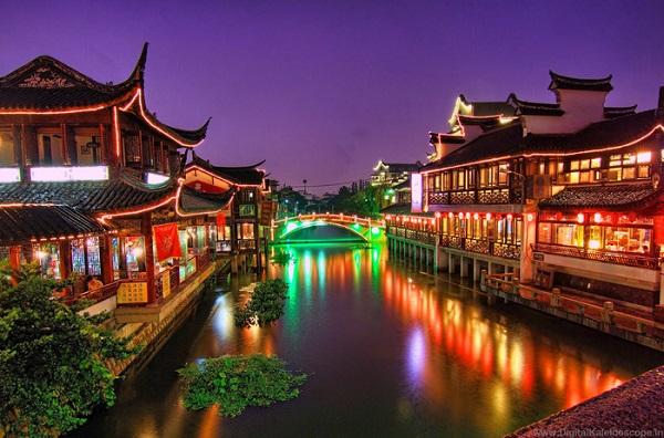 Nằm cách nội đô Thượng Hải chỉ độ 10 dặm là một điểm đến lý thú vào mỗi dịp cuối tuần của người Trung Quốc. Nhà cửa cũng như đền chùa tại Thất Bảo đã được xây dựng vào đầu thập niên năm 900.