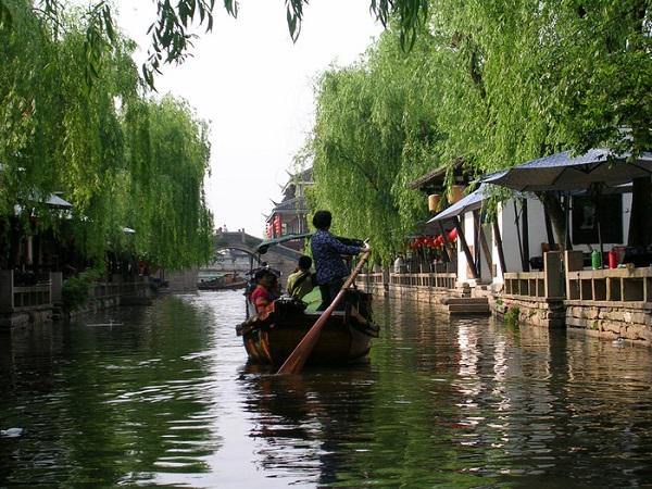 Đây là thủy trấn có hoạt động thương mại hóa nổi tiếng nhất Trung Quốc, trấn nằm ở khoảng giữa Thượng Hải và Tô Châu.