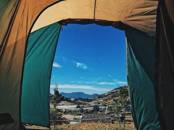 Sớm mai, khách có thể ngắm mặt trời mọc từ trong lều, từ trên cao phóng tầm mắt xuống thung lũng rau bên dưới, tận hưởng không khí trong lành nơi đây.