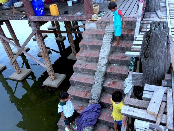Bậc thang xuống sông trở thành nơi chứng kiến tuổi thơ của những đứa trẻ vùng Mandalay, Myanmar - Ảnh: Bông Mai
