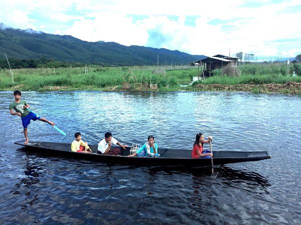 Giữa dòng Inle, chàng trai chèo thuyền một chân trở thành nét độc đáo. Nhưng đâu đó còn có hình ảnh cô gái Myanmar vững tay chèo phía trước - Ảnh: Bông Mai