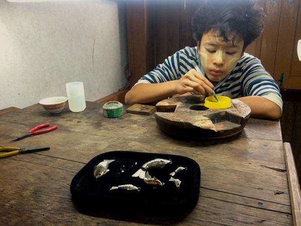 """Các sản phẩm bạc tinh xảo được tạo nên từ bàn tay của những """"nghệ nhân"""" nhỏ tuổi, trong đó có cả các cô gái - Ảnh: Bông Mai"""
