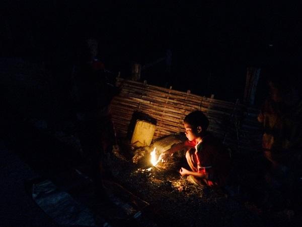 Vào ban đêm ở Shan, Myanmar, những đứa trẻ sống gần hồ Inle nhặt nhạnh que củi rồi đốt sáng - Ảnh: Bông Mai