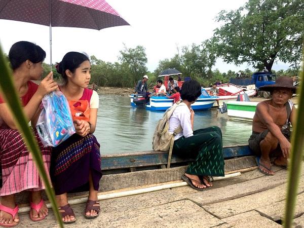 Tới biển Ngwe Saung bằng đường tắt, chúng tôi phải vượt qua ba chuyến đò. Những người Myanmar ngồi trên đò, thong dong như ngồi trên quán nước - Ảnh: Bông Mai