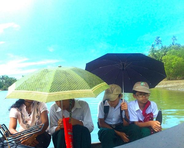 Những đứa trẻ trên hành trình vượt sông quen thuộc - Ảnh: Bông Mai