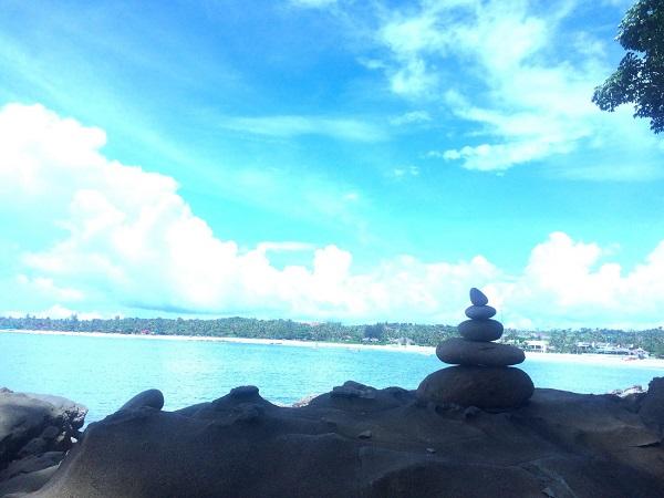Biển Ngwe Saung hiện ra với trời xanh rọi xuống dòng biển trong. Không gian, thời gian như tĩnh lặng bên chồng đá cuội được ai đó xếp từ lâu - Ảnh: Bông Mai