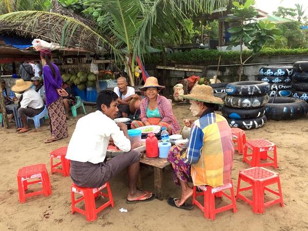 Ở một vùng biển khác, buổi sáng miền biển, những người Myanmar trò chuyện với nhau bên quán ăn - Ảnh: Bông Mai