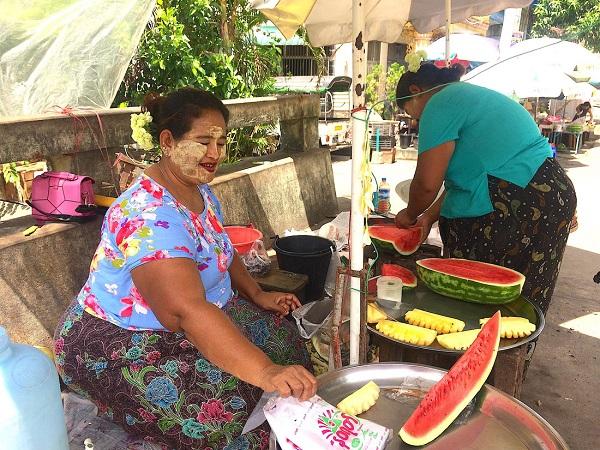 Về lại Yangon, lọt thỏm ở một góc đường, bên bờ kênh người phụ nữ nở nụ cười rạng rỡ cùng mâm trái cây tươi mát của mình - Ảnh: Bông Mai