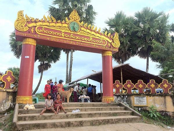 Tới quê nhà Twante, Pegu, Myanma của chàng trai người bản xứ, chúng tôi ghé qua ngôi chùa rắn nổi tiếng ở đây. Trước cổng chùa, hai cô bé ngồi chờ bán thức ăn cho cá cho các tín đồ viếng thăm - Ảnh: Bông Mai