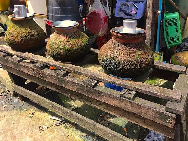 Những bình gốm đựng nước xuất hiện khắp các con đường ở Myanmar, dù ở phố thị hay ven đường lên núi - Ảnh: Bông Mai
