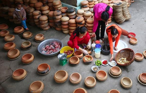 Niêu cá có trọng lượng khác nhau từ 1 đến 6 kg, niêu được đặt hàng riêng từ Nghệ An chuyển ra. Trước khi tiến hành kho cá, các gia đình phải đun nóng niêu trên bếp, khi đun cho nước và gạo để giúp thông khí và khi kho nhiệt được tản đều không bị nứt.