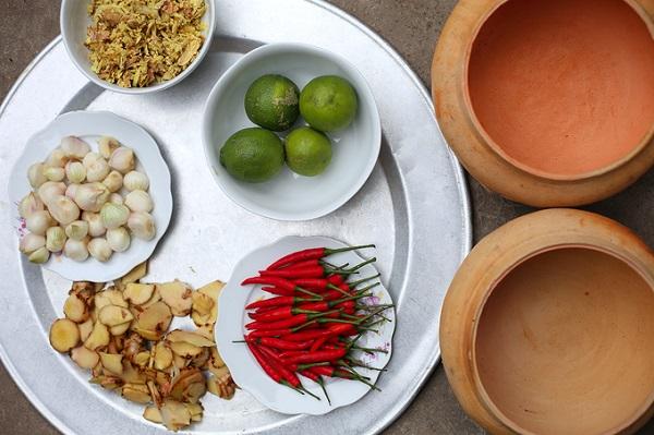 Nguyên liệu kho cá đơn giản, gồm cá trắm đen, thịt ba chỉ, sườn, nước cốt dừa, tương cua, mía, niêu đất, chanh tươi, ớt...