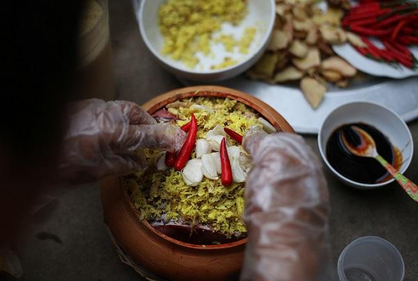 Cá sau khi đưa vào nồi phải thêm chút kẹo đắng (một loại gia vị nấu bằng đường do gia đình tự nấu) để có màu đẹp. Nước chanh tươi và nước sôi tưới vào nồi cá để cá không bị tanh.