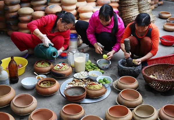 Trong làng có nhiều gia đình làm nghề kho cá, mỗi gia đình có một bí quyết riêng để món cá có sự khác biệt và đậm vị.