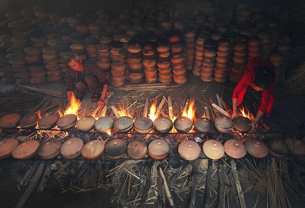Những ngày sát tết, hàng trăm nồi cá luôn đỏ lửa, cao điểm mỗi ngày kho 600 nồi cá. Nhân công thay nhau thức qua đêm để điều chỉnh lửa phù hợp vì đặc thù cá phải kho trong vòng 14-15 tiếng.