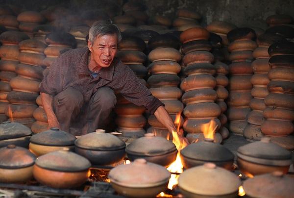 Cường độ làm việc liên tục, công việc vất vả, ảnh hưởng bởi khói bếp nên công lao được trả có khi tới 1 triệu đồng/ngày.