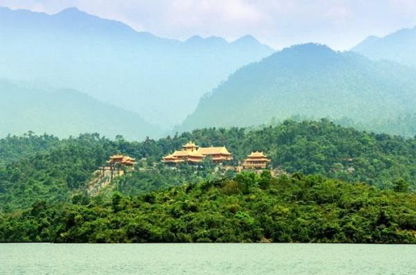 Thiện viện Trúc Lâm Bạch Mã được bao bọc bởi nước non và cây cối xanh tươi - Ảnh: truclambachma