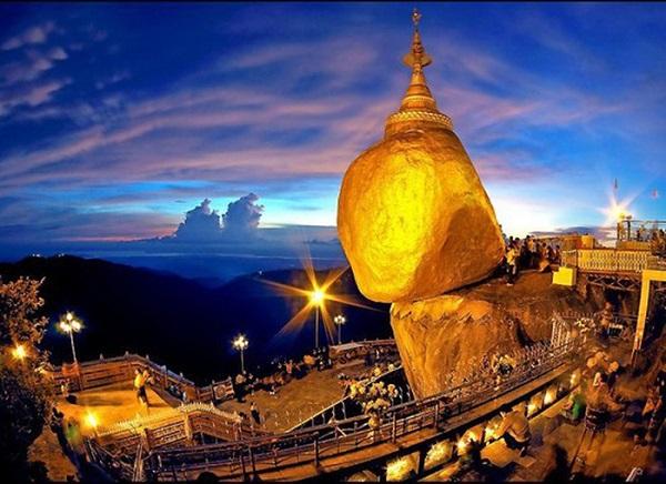 Chùa Đá Vàng lung linh trong màn đêm - Ảnh: Vườn hoa Phật giáo