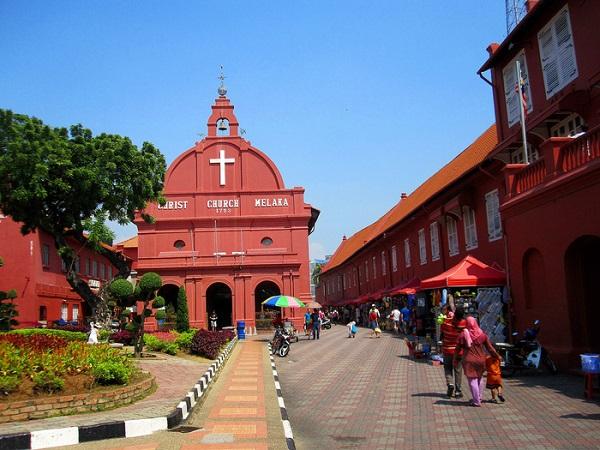 Nhà thờ Christ đỏ rực nằm ở trung tâm quảng trường Hà Lan
