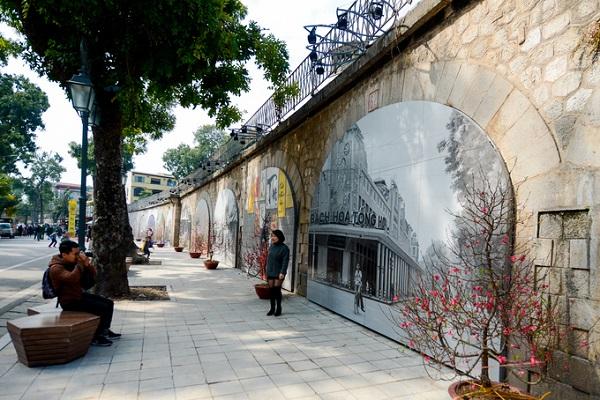 Đây là tác phẩm của các nghệ sĩ Hàn Quốc thực hiện trong gần 3 tháng và mở cửa đón khách từ 2/2, bao gồm 17 tác phẩm tranh, trên tổng số 127 vòm cầu.