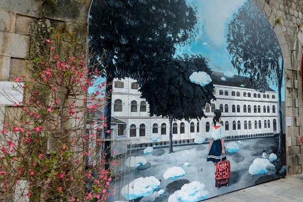 Đoạn đường này vốn được xây từ thời Pháp, dành cho xe lửa chạy phía trên. Mới đây, ý tưởng trang trí vòm cầu phía dưới đã được các nghệ sĩ Việt - Hàn thực hiện - nhằm tái hiện cuộc sống của người dân thủ đô trong nhiều thập kỷ qua.