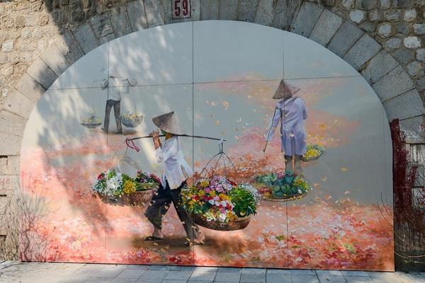 Mỗi bức tranh mang một thông điệp khác nhau, từ truyền thống tới hiện đại, nhưng xuyên suốt là những hình ảnh gắn liền với Hà Nội như gánh hàng rong, phố xá, chợ Đồng Xuân, khu phố cổ, ông đồ cho chữ ngày Tết...