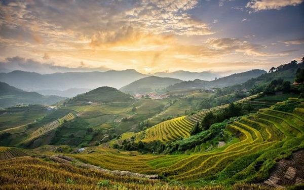 Sa Pa, Việt Nam  Thị trấn vùng cao này được xây dựng từ thập niên 1920 bởi thực dân Pháp để trở thành nơi nghỉ dưỡng mùa hè ở phía bắc. Nhiều năm gần đây Sa Pa phát triển một cách bùng nổ nhưng cảnh quan mang lại những cuộc phiêu lưu cho du khách vẫn còn được gìn giữ. Leo bộ giữa những đồi núi trập trùng ruộng bậc thang, qua thung lũng Mường Hoa, ngủ đêm giữa những ngọn đồi mây phủ hoặc chinh phục Fansipan đón bình minh là một số trải nghiệm không thể bỏ lỡ.
