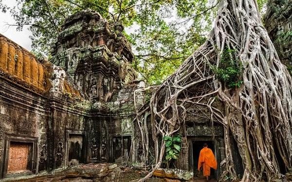 Siem Reap, Campuchia  Siem Reap là thành phố đầy sắc màu, có sự pha trộn của mới và cũ. Nơi nổi tiếng nhất mà ai tới đây cũng không thể bỏ qua là quần thể đền tháp Angkor. Khu vực này như một khu triển lãm khổng lồ thu hút lượng lớn du khách hàng năm. Du khách đến không chỉ tìm hiểu lịch sử mà còn có thể quan sát đời sống các nhà sư, ngắm bình minh và hoàng hôn rực rỡ trên những mái đền rêu phong...  Ảnh: Shutterstock.