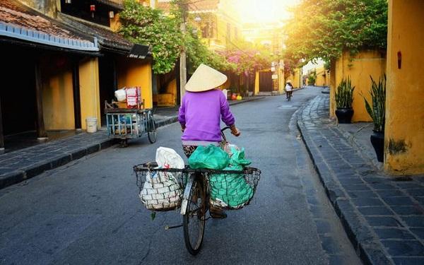Hội An, Việt Nam  Nằm ở khoảng giữa vùng duyên hải miền trung Việt Nam, Hội An lại như một thế giới khác hẳn. Không như Hà Nội hay Sài Gòn là những nơi chật kín xe máy, Hội An thanh bình và mang nhiều vẻ đẹp văn hóa hòa trộn từ Pháp, Nhật Bản cho tới Trung Quốc. Dừng chân ở một quán trà hay hiệu may truyền thống, du khách đều có thể cảm nhận được không gian phố cổ với những ngôi nhà quét ve vàng, nằm dọc sông Thu Bồn. Ôtô và xe máy không được lưu thông trong trung tâm phố cổ vào một số khung giờ, vì thế du khách chỉ có thể khám phá bằng cách đi bộ hoặc đạp xe.