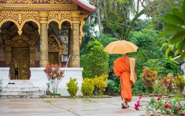 Luang Prabang, Lào Thành phố quyến rũ nhất của Lào mang nhiều nét lãng mạn Đông Dương, thể hiện ở từng ngọn tháp đền chùa, các ngôi nhà kiến trúc thuộc địa, hay hàng chục ngôi đền được UNESCO gìn giữ. Luang Prabang còn là một thành phố cổ ven sông, bao quanh là những ngôi nhà tranh, khu nghỉ dưỡng, quán cà phê...