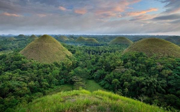 Bohol, Philippines Nằm ở trung tâm Philippines, vùng đất Visaya là điểm đến hấp dẫn bậc nhất đất nước vạn đảo. Nơi này cũng có những cảnh hoàng hôn, cảnh biển tương tự Palawan, bầu trời đẹp như Boracay. Tuy nhiên, điều làm nên nét riêng của Bohol là những cánh rừng rậm thấp, các ngọn đồi Chocolate chính là các mô đất cao dốc như ngọn kim tự tháp Ai Cập.