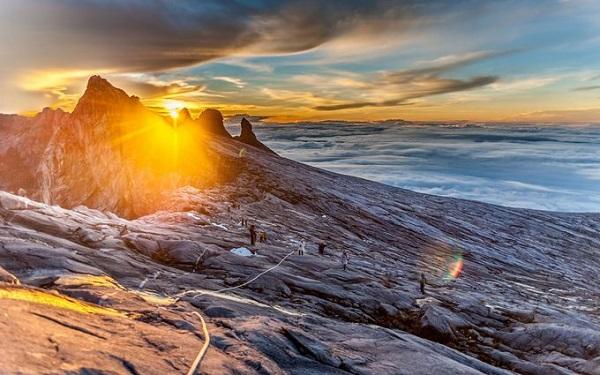 Borneo, Malaysia  Du khách có thể dạo chơi trên sông Kinabatangan, khám phá cánh rừng rậm rạp phủ sương. Bao quanh du khách là những cành cây rung lên vì lũ khỉ đuôi ngựa và đười ươi leo trèo. Borneo vẫn còn là một nơi hoang sơ, ngập tràn những trải nghiệm với thiên nhiên hoang dã. Ở Borneo du khách có thể tìm đến đỉnh Kinabalu thực hiện chuyến đi bộ hai ngày, ngắm bình minh rực rỡ như thiên đường.