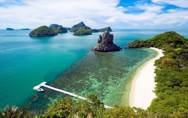 Ko Samui, Thái Lan  Hòn đảo Koh Samui hấp dẫn du khách bởi cát trắng mịn, nước xanh trong như ngọc, những rặng dừa yên bình và cả các resort 5 sao. Hãy tới miền nam đảo để tìm hiểu đời sống làng chài, hoặc chèo thuyền nhẹ nhàng khám phá các núi đá vôi ở Vườn quốc gia Ang Thong.