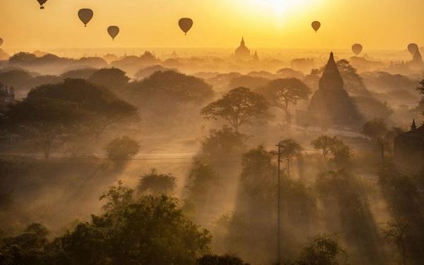 Bagan, Myanmar  Bagan là vùng đất được bao trùm bởi bề dày lịch sử, nơi đây được thành lập từ thế kỷ 2 gần Mandalay. Bagan sở hữu tới hơn 10.000 ngôi đền, chùa nhưng hiện chỉ còn khoảng 2.200 công trình cổ. Du khách có thể thưởng ngoạn vẻ đẹp của cố đô này từ trên cao khi chọn đi khinh khí cầu cùng các dịch vụ ăn uống sang trọng đi kèm.